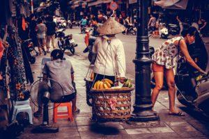 blog-voyage-couple-parfums-de-liberte-julie-et-leo-rue-hanoi-femme-paniers-rue-tradition-modernite