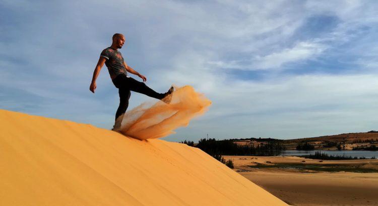blog-voyage-couple-parfums-de-liberte-leo-et-julie-petit-budget-leo-shoote-sable-sand-dune-mui-ne-1²