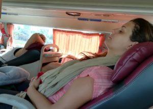 blog-voyage-couple-parfums-de-liberte-leo-et-julie-petit-budget-vietnam-nord-sud-bus-siege-inclinable