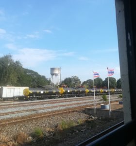 blog-voyage-couple-parfums-de-liberte-leo-et-julie-petit-budget-jungle-thailandaise-train