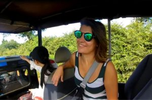 blog-voyage-couple-parfums-de-liberte-leo-et-julie-petit-budget-safari-udawalawe-sri-lanka-julie-jeep