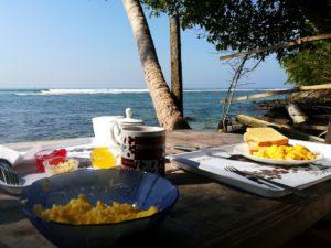 blog-voyage-couple-parfums-de-liberte-leo-et-julie-petit-budget-sri-lanka-polhena-beach-petit-dejeuner